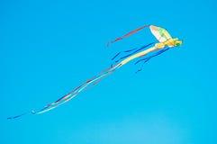 Kleurrijke vlieger in de blauwe hemel Royalty-vrije Stock Afbeelding