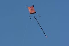 Kleurrijke vlieger in de lucht Stock Afbeeldingen