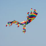 Kleurrijke vlieger die in de hemel vliegt Stock Foto's