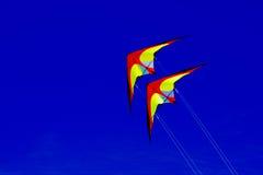 Kleurrijke vliegers tegen een blauwe hemel Royalty-vrije Stock Fotografie