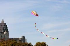 Kleurrijke Vliegervliegen Hoog op Sunny Autumn Day In Atlanta stock afbeeldingen