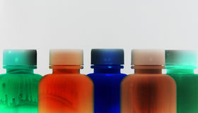 Kleurrijke vloeistof in grungeflessen Stock Foto's