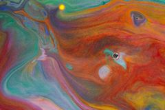Kleurrijke vloeistoffen die onder water zich dicht omhoog mengen Stock Foto's
