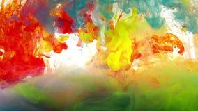 Kleurrijke vloeistoffen die zich onder water mengen stock video