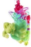 Kleurrijke vloeistoffen onderwater Gele, groene en rode kleurensamenstelling royalty-vrije stock fotografie