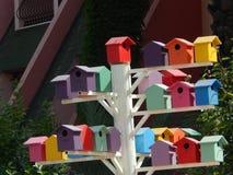 Kleurrijke vogelhuizen op een Turkse straat in de zomer Royalty-vrije Stock Afbeelding