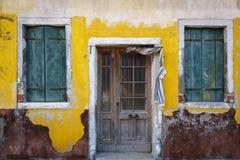Kleurrijke voorgevels met deuren en vensters in Burano, Italië Stock Afbeeldingen