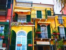 Kleurrijke voorgevels van de beroemde provincie van toevluchtalassio van Savona op Italiaanse Riviera in Westelijk Ligurië, Itali Royalty-vrije Stock Foto