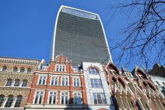Kleurrijke voorgevels van gebouwen op Eastcheap-Straat in het financiële district van de Stad van Londen met 20 Fenchurch Straat  Royalty-vrije Stock Afbeelding