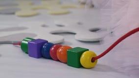 Kleurrijke vormen op een koord stock videobeelden