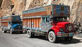 Kleurrijke vrachtwagen in Indisch Himalayagebergte Stock Afbeeldingen