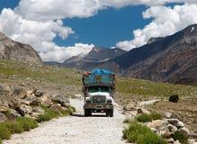 Kleurrijke vrachtwagen in Indisch Himalayagebergte Stock Afbeelding