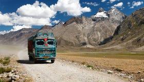 Kleurrijke vrachtwagen in Indisch Himalayagebergte Stock Foto's