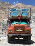 Kleurrijke vrachtwagen in Indisch Himalayagebergte Royalty-vrije Stock Foto's