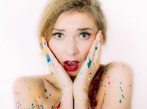 Kleurrijke vrouw in verfportret met rode lippen Royalty-vrije Stock Fotografie