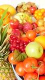 Kleurrijke vruchten, appelen, ananassen, druiven stock foto