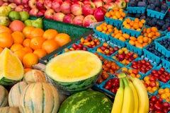 Kleurrijke vruchten bij markt Stock Foto