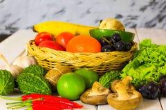 Kleurrijke vruchten en groenten die op de lijst worden geplaatst stock foto