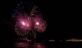 Kleurrijke vuurwerk gloeiende overzichten van militaire schepen, Stock Afbeelding