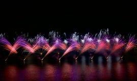 Kleurrijke vuurwerkexplosie, Nieuwjaar, verbazend die vuurwerk in donkere dichte omhooggaand als achtergrond met de plaats voor t Stock Foto's