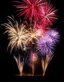 Kleurrijke vuurwerkvertoning op zwarte stock afbeeldingen