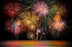 Kleurrijke vuurwerkviering op de donkere achtergrond van de nachthemel Stock Foto's
