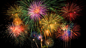 Kleurrijke vuurwerkviering op de donkere achtergrond van de nachthemel Royalty-vrije Stock Foto's