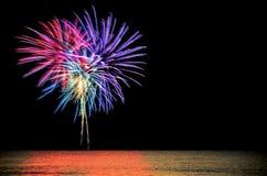 Kleurrijke vuurwerkviering op donkere nachthemel Royalty-vrije Stock Afbeeldingen