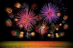 Kleurrijke vuurwerkviering op donkere nachthemel Stock Fotografie