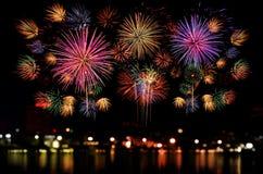 Kleurrijke vuurwerkviering op donkere nachthemel Royalty-vrije Stock Afbeelding