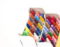 Kleurrijke waskleurpotloden in doos Stock Afbeelding