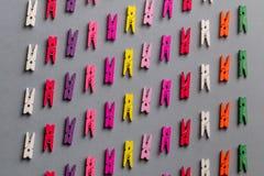 Kleurrijke wasknijpers die aan elkaar evenwijdig liggen royalty-vrije stock afbeelding