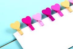 Kleurrijke wasknijpers in een hartvorm Stock Foto