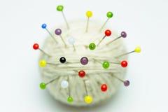 Kleurrijke wasknijpers op garen Stock Fotografie