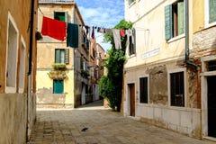 Kleurrijke waslijn in oude buurt in Venetië Stock Afbeeldingen