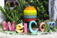 Kleurrijke waterkruik, fontein in de tuin, behangachtergrond Royalty-vrije Stock Afbeelding