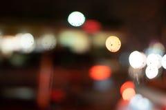 Kleurrijke watervlek bokeh tijdens een regenachtige nachtaandrijving stock foto's