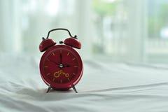 Kleurrijke wekker in de ochtend stock afbeelding