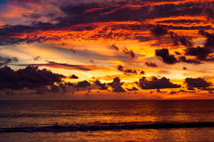 Kleurrijke wervelingswolken en hemel na zonsondergang Mooie rood en Stock Fotografie