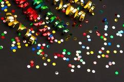 Kleurrijke wimpel en confettien De decoratie van de partij stock afbeeldingen