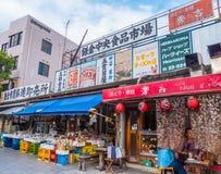 Kleurrijke winkels in de straten van Kamakura - TOKYO, JAPAN - JUNI 12, 2018 Stock Foto's