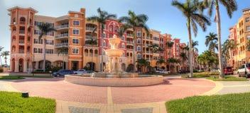 Kleurrijke Winkels en fonteinen langs 3de straat langs haven i Royalty-vrije Stock Afbeelding