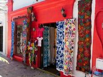 Kleurrijke winkels in kleine stad Mexico Stock Fotografie