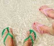 Kleurrijke wipschakelaars op doorzichtig oceaanwater royalty-vrije stock afbeeldingen