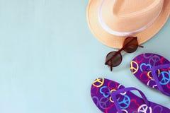 Kleurrijke wipschakelaars, zeester en zonnebril op houten achtergrond Royalty-vrije Stock Foto's