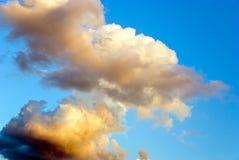 Kleurrijke wolken bij schemer Royalty-vrije Stock Fotografie