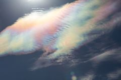 Kleurrijke wolkenirisatie stock foto