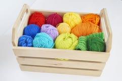 Kleurrijke wollen ballen van garen De ballen van garen zijn in de mand handwerk royalty-vrije stock afbeeldingen