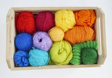 Kleurrijke wollen ballen van garen De ballen van garen zijn in de mand handwerk royalty-vrije stock foto