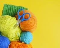 Kleurrijke wollen ballen van garen De ballen van garen zijn in de mand handwerk royalty-vrije stock fotografie